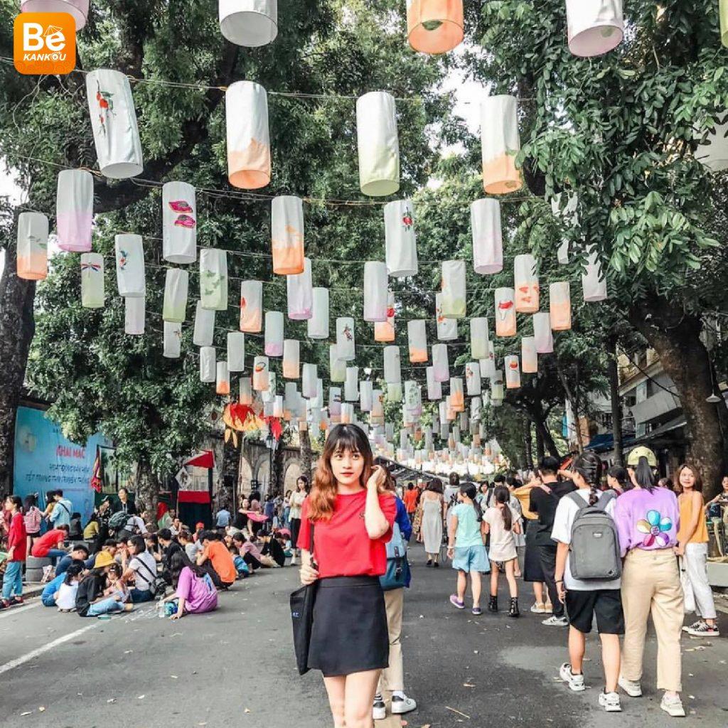フンフン壁画の通り(Phung Hung Street)は、中秋節のランタンで眩しい