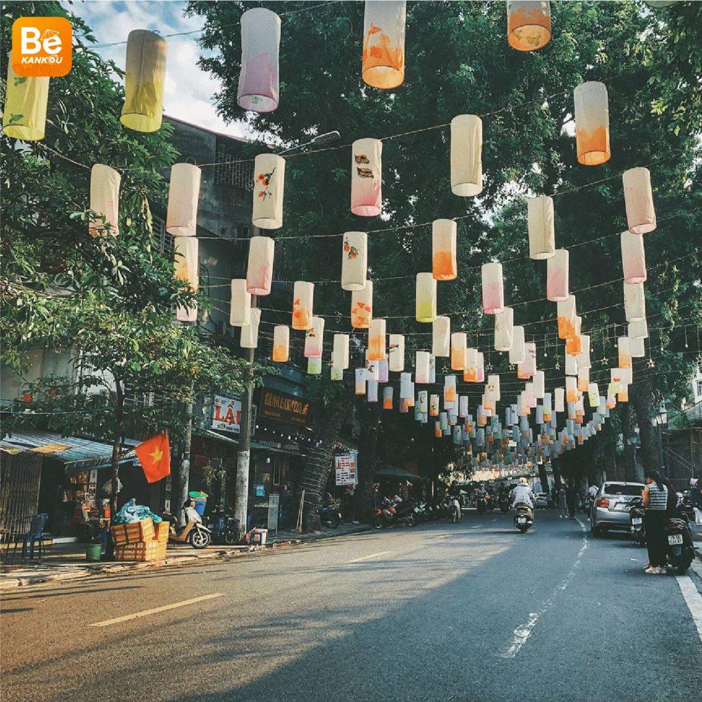 フンフン壁画の通り(Phung Hung Street)は、中秋節のランタンで眩しい8